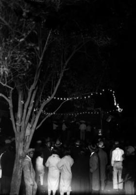 Gente observa espectáculo musical en una feria