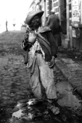 Hombre posa para retrato con un jarro de pulque
