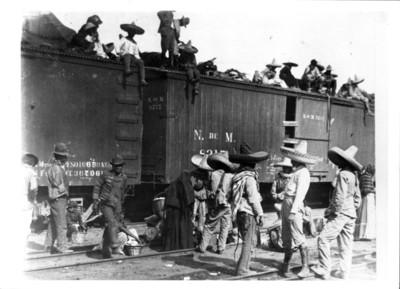 Revolucionarios se preparan para embarcarse en un ferrocarril