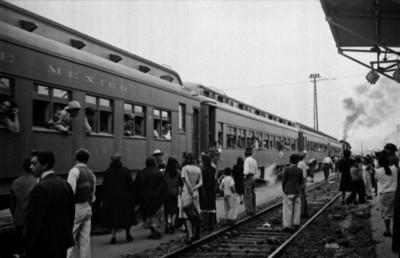 Gente en la estación de ferrocarril despidiendo a braceros