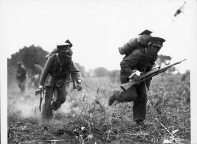 Soldados corren en un campo durante un combate