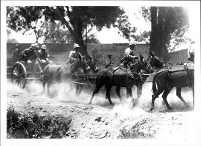 Artillería federal huyendo del ataque de los revolucionarios