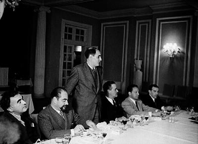 Alfonso reyes e intelectuales en un banquete en honor de Salvador Novo