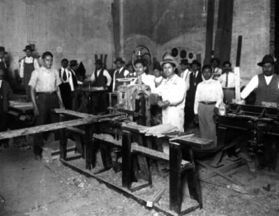 "Obreros en un taller de ""Labrado para muelles"""
