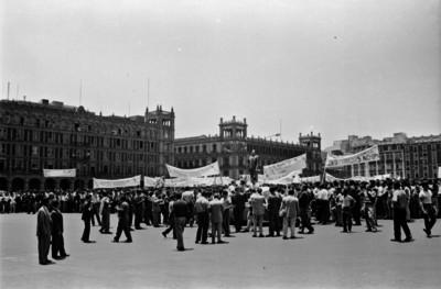 Estudiantes durante un mitin en la Plaza Constitución