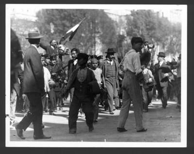 Francisco I. Madero rodeado de cadetes del Colegio Militar y gente al llegar a Palacio Nacional