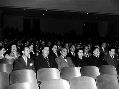 Adolfo Ruiz Cortines acompañado de su esposa, en una reunión