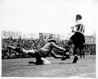 Futbolistas se disputan un partido