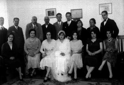 Novios acompañados de familiares y amigos, retrato de grupo
