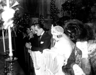 Novio durante su enlace matrimonial en una iglesia católica