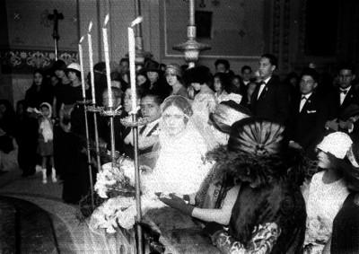 Enlace matrimonial religiso en una iglesia católica