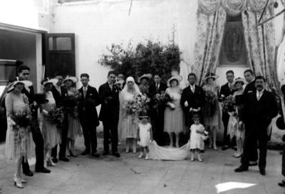 Novios con familiares en un patio, retrato de grupo