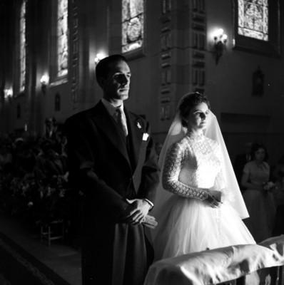 Luis Covarrubias Juanbels y Laura Herrera Serrano durante su boda en la iglesia de Santa Rosa de Lima