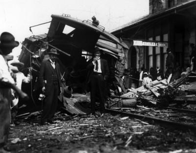 """Hombres junto a un tren accidentado en la estación de """"Tacubaya"""""""