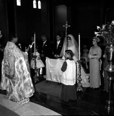 Sacerdote oficiando en la boda religiosa de la señorita Santos Coy
