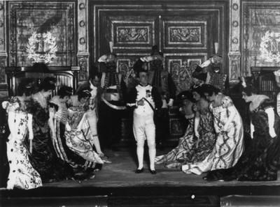 "Actores durante la obra ""Madame Saint Gene"""