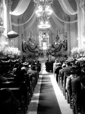 Enlace matrimonial en una iglesia católica