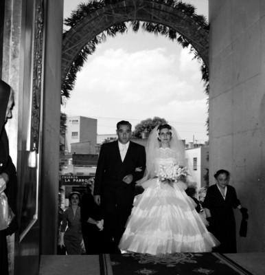 Esponsales acompañados de familiares y amigos a las afueras de la iglesia durante su boda religiosa