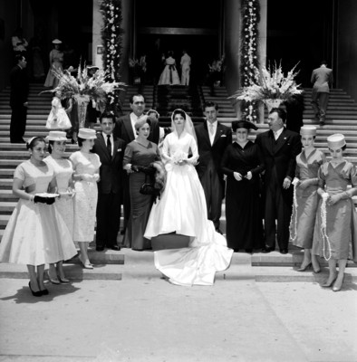 Novios acmpañados de sus familiares y amigos sistentes a su boda, retrato de grupo
