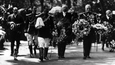 """Porfirio Díaz con ofrenda floral durante """"ceremonia a los héroes"""" de la independencia y reforma"""