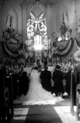 Enlace matrimonial de Luis G. Franco, en una iglesia