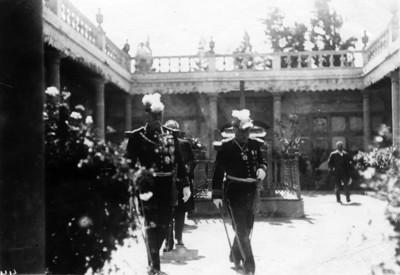 Porfirio Díaz Mori acompañado de otro hombre