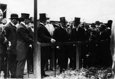 Porfirio Díaz Mori acompañado de otras personas