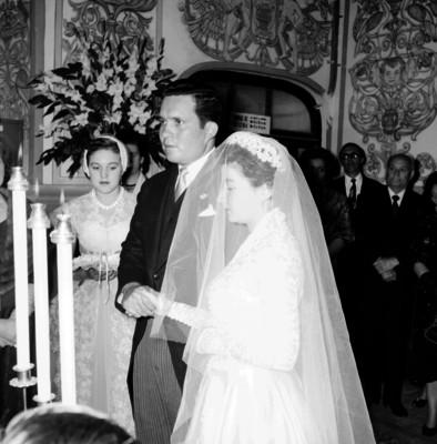 Luz Ma. Anaya y Bernon Eden tomados de la mano el día de su boda