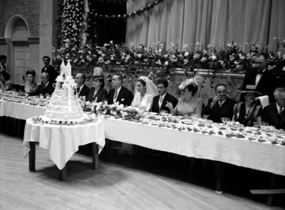 Novios acompañados por familiares y amigos, durante el banquete de bodas de la señorita Lebríja