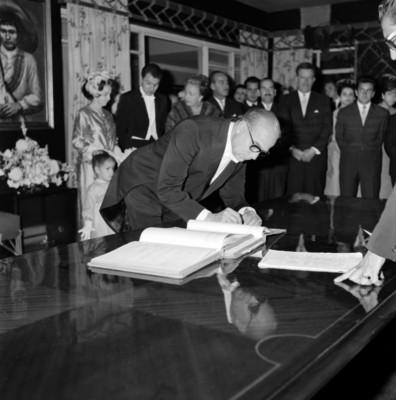 Hombre firma durante el matrimonio civil de Armando Uribe Bellinger