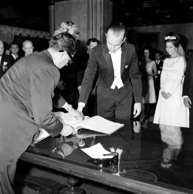Novia de Armando Uribe Bellinger, firma el libro del registro civil, durante su boda