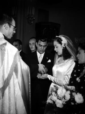 Entrega de arras durante una boda religiosa