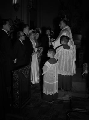 Novios durante su enlace matrimonial religioso