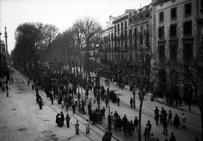 Gente transita en una avenida