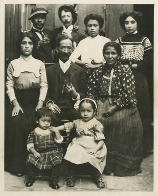 Hombre con su familia, retrato de grupo