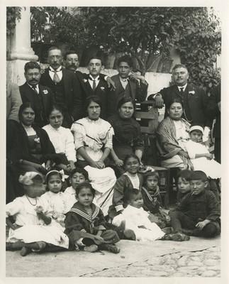 Grupos familiares en el patio de una casa, retrato de grupo