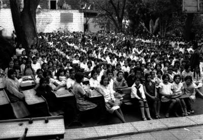 Maestros y estudiantes de la secundaria número 6 durante una ceremonia escolar