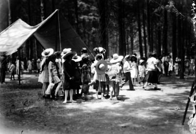 Niños colocando una lona en una casa, en el Bosque de Chapultepec