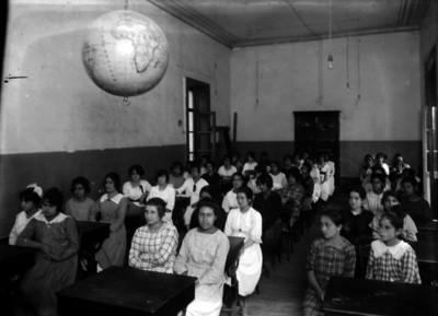 Alumnas en un salón de clases