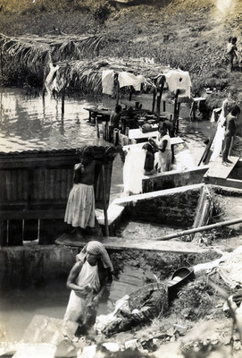 Mujeres y niños se bañan en el itsmo de Tehuantepec