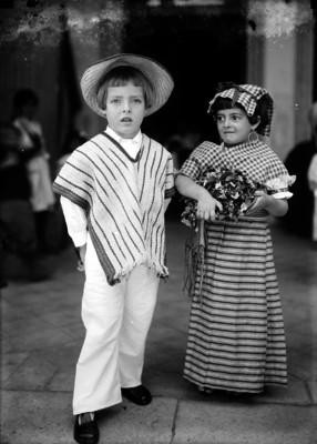 Niños vestidos de indígenas en un festival escolar, retrato
