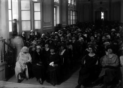 Público asistente a un festival escolar en un auditorio