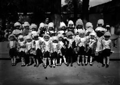 Niños y niñas vestidas al estilo siglo XVIII, en un festival escolar en un parque, retrato de grupo