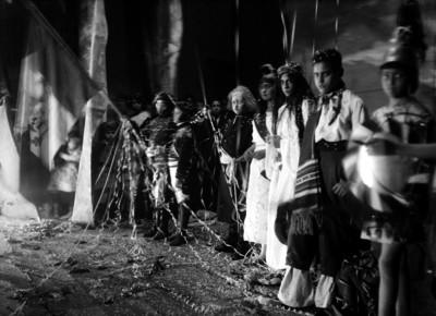 Niños y niñas vestidos de españoles e indígenas, en un festival escolar en el jardín de una escuela, retrato de grupo