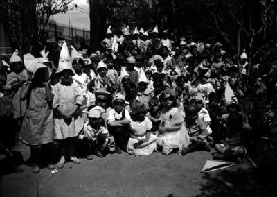 Niños y niñas con diferentes disfraces, en el patio de una escuela, retrato de grupo