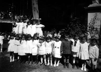 Niñas y niños en el jardín de una escuela, en un festival, retrato de grupo