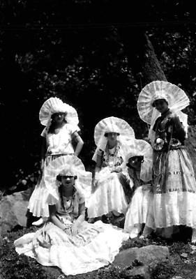 Mujeres con trajes regionales, retrato de grupo