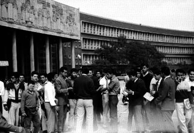 Estudiantes fuera de la facultad de economía del UNAM