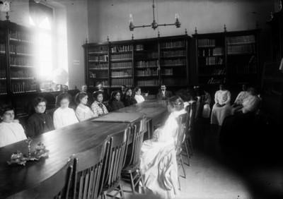 Maestras toman capacitación en una biblioteca
