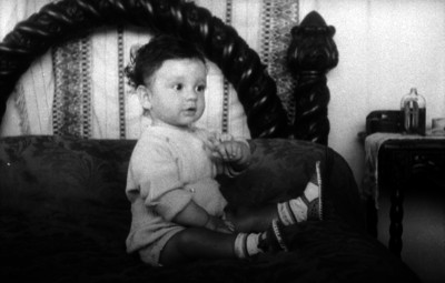 Carlos Contreras sentado en una cama